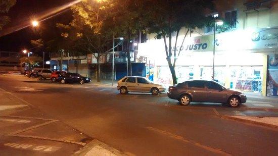 Aguas do Iguacu Hotel Centro: Vista a esquerda da Rua Frente