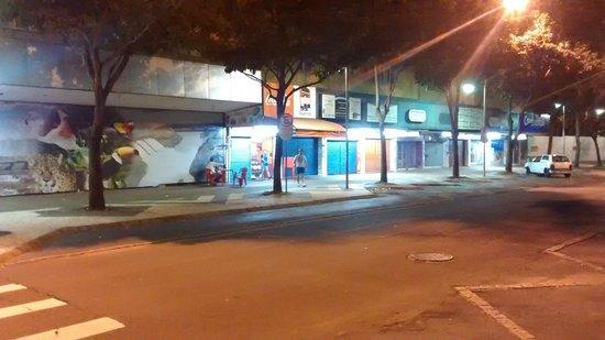 Aguas do Iguacu Hotel Centro: Vista a Direita da Rua Frente