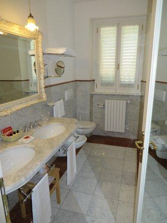 Villa Zuccari: bath - also there was a big shower