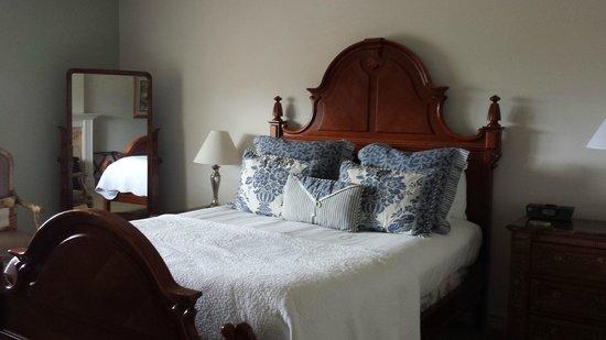 Mirabelle Inn: Cozy Bed