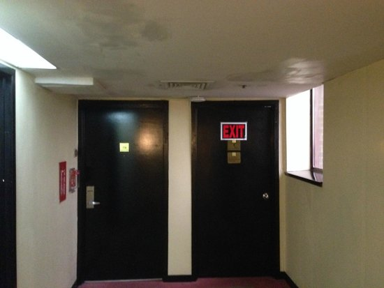 LaGuardia Plaza Hotel - New York: poor emergency signs