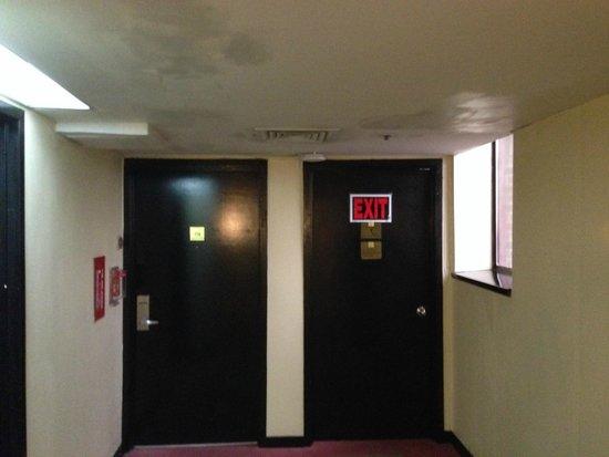 LaGuardia Plaza Hotel - New York: poor emergency signs