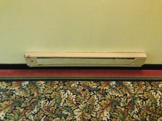 LaGuardia Plaza Hotel - New York : beaten up heater