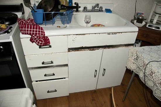 Motel Del Rogue: rusty kitchen cabinets