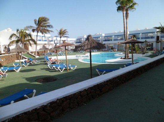 Hotel Club Siroco: poolside with space between the loungers