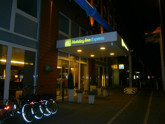 Holiday Inn Express Berlin City Centre-West: Vista esterna dell'hotel