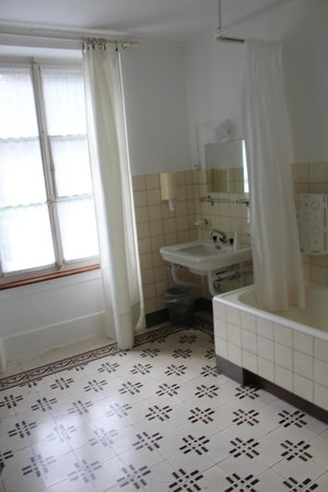 The Bed and Breakfast : Larger shared bathroom