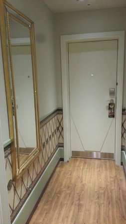 Hotel Indigo St. Petersburg - Tchaikovskogo: коридор номера