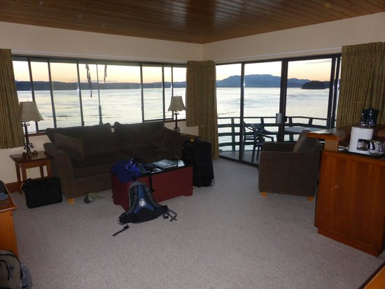 April Point Resort & Spa: Living area of Room 16