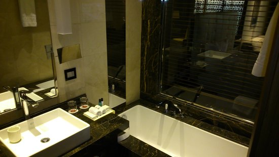 Lancaster Plaza Beirut: Design Bathroom with very generous toiletries and supplies