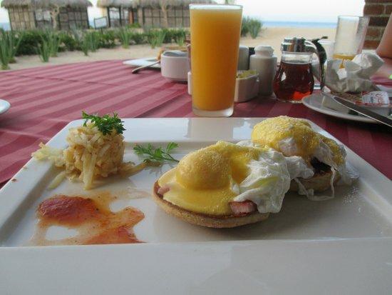 Solmar Resort: Breakfast. Eggs Benedict