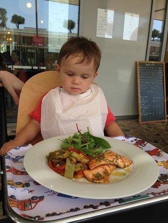 Courtyard by Marriott Montpellier : Le menu enfant (saumon + légumes)