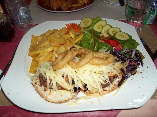 New Tavern Inn Qawra : Double Burger with cheese and mushrooms