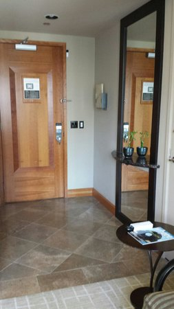 Grand Hyatt Seattle: Entry way. There's a doorbell on all rooms.