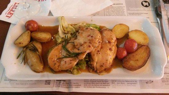 SPITZ: Kip met een honing chilli saus. Gebakken aardappelen met rosemarijn en kool.