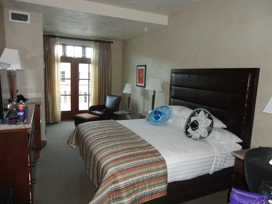 Drury Plaza Hotel in Santa Fe: King bed and sitting area