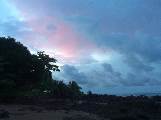 Drake Bay Wilderness Resort : Sunset with thunder and lightening storm approaching