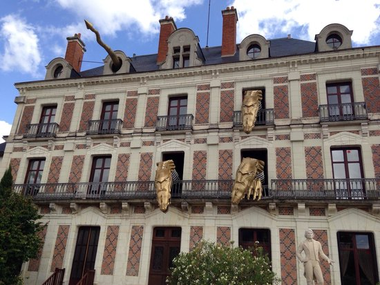 Maison de la Magie : Los dragones saliendo de la Casa de la Magia.