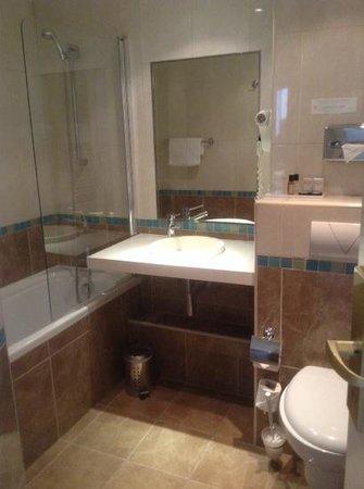 Hotel Etoile Saint-Ferdinand : ckean, modern bathroom