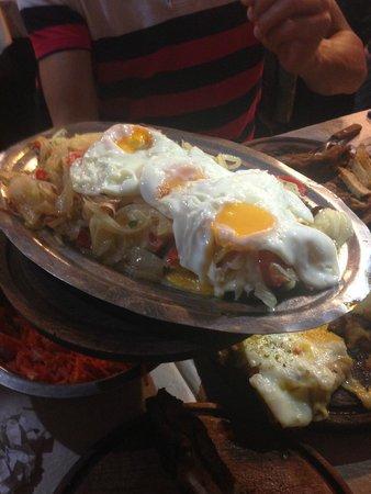 Parrilla El Tano: Lomo a la criolla con huevos fritos.