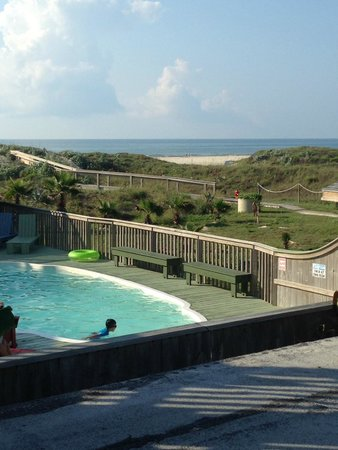 The Beach Lodge: Pool with view of gulf
