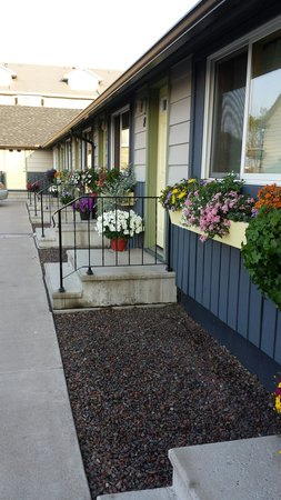 Mangy Moose Motel: Every room has a flower box and flowers on the doorstep.