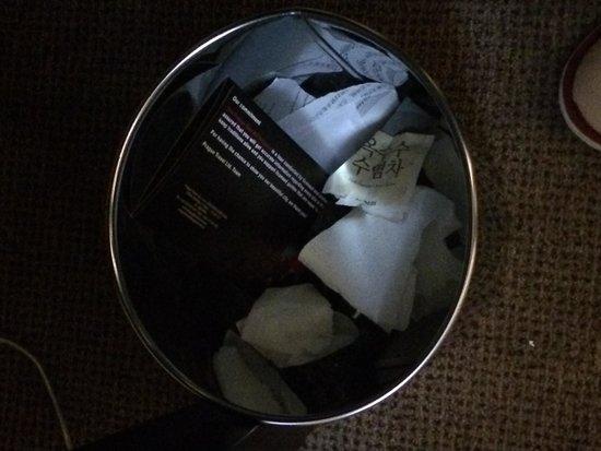 Designhotel Elephant Prague: Did not even clean the bin