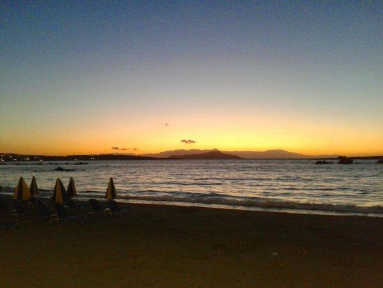 Akrogiali Taverna: Solnedgangen set fra vejen