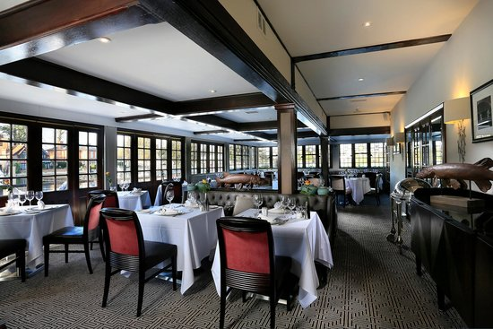 Macdonald Compleat Angler: Riverside Restaurant with view of Marlow Weir