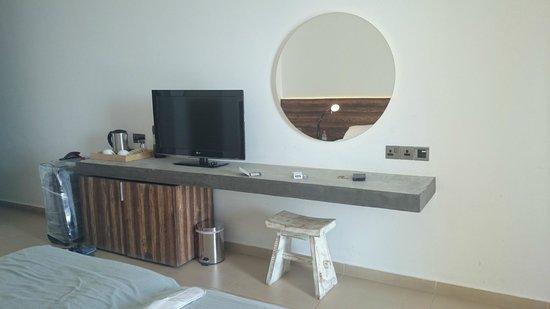 Amphora Hotel & Suites: стол - бетонная плита)