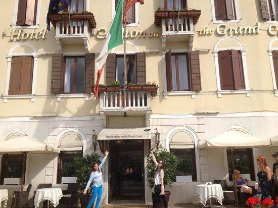 Hotel Carlton on the Grand Canal : Em frente ao hotel