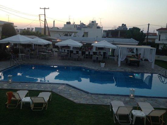 Kristalli Hotel Apartments : Pool/bar area