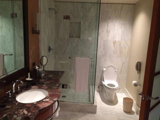 Grand Hyatt Seattle: Marble floors in bathroom