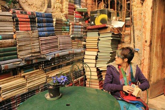 Libreria Acqua Alta: Anche i muri sono fatti di libri.