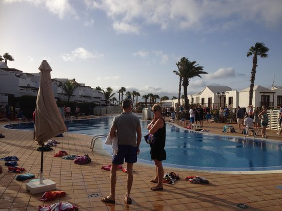 TUI Family Life Flamingo Beach Resort: guests waiting for sunbeds!