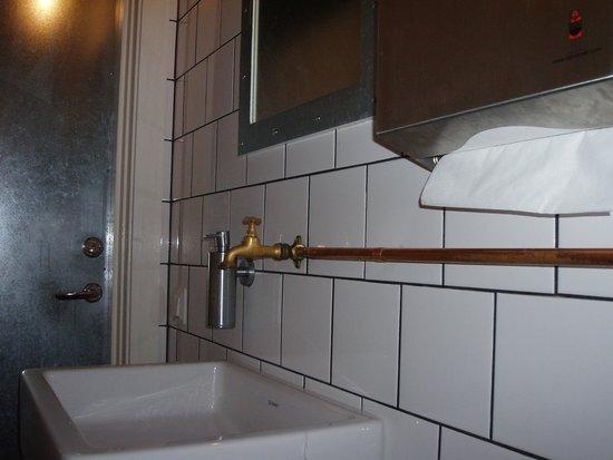 Handfat Toalett : Fräck toalett handfat bild från norra hamnen lysekil