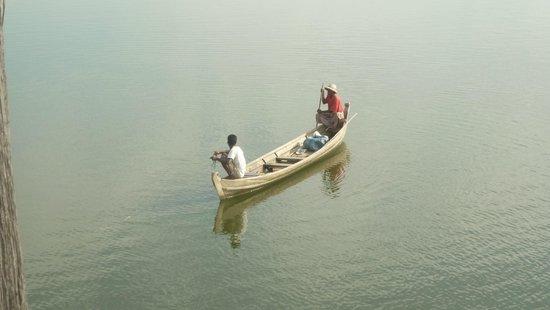 U-Bein-Brücke: Лодка и лодочники)