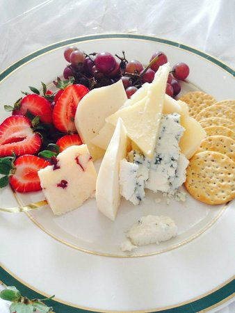 Woodstock Inn and Resort: Welcome plate of cheese and fruit.