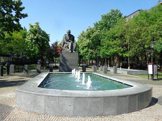 Hviezdoslavovo Namestie: Estátua do poeta eslovaco que dá nome à praça