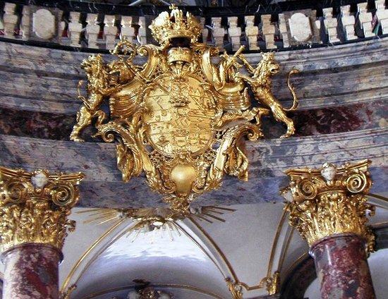 The Residenz: герб  курфюрстов в кирхе резиденции