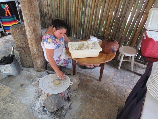Hotel & Bungalows Mayaland: mulher maia fazendo tacos num dos restaurantes no almoço