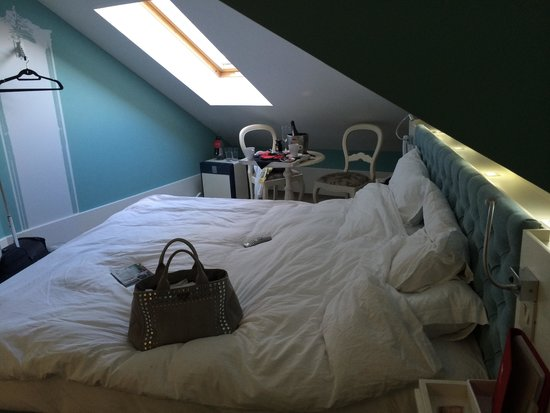 LX Boutique Hotel: Slanted roof in the room