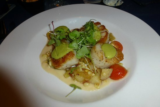 The Shark on the Harbor: Seared scallops with smoked corn creme