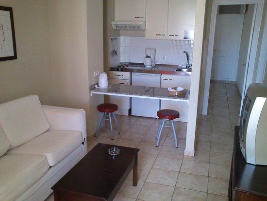 Apartamentos Guacimeta Lanzarote: ingresso,salotto,cucina.