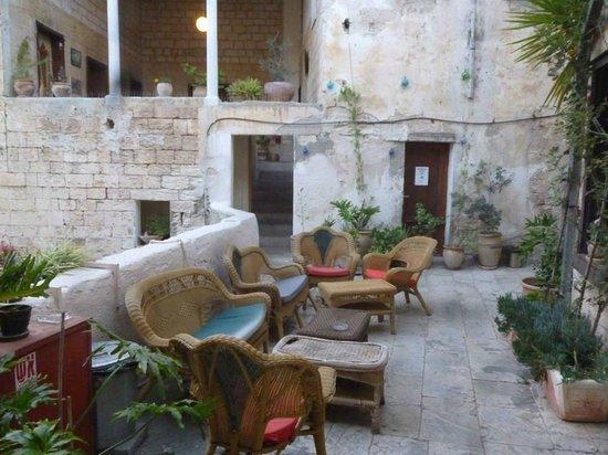 Fauzi Azar Inn by Abraham Hostels : Petit salon extérieur