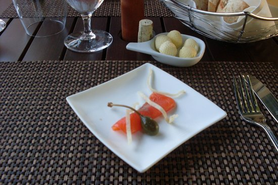 Manoir Rouville-Campbell: Mise en Bouche - Mouth watering smoked salmon / caper