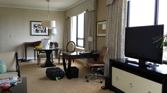The Ritz-Carlton, Chicago: Living room area of deluxe suite