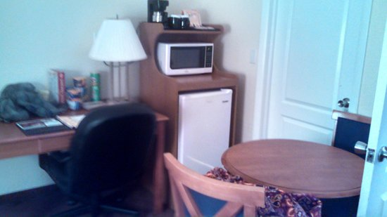 Clarion Inn & Suites: Dining Area/Refrigerator & Microwave