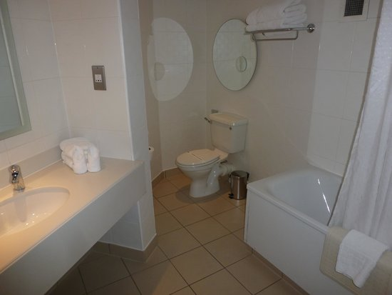 Corus Hotel Hyde Park London: good size bathroom