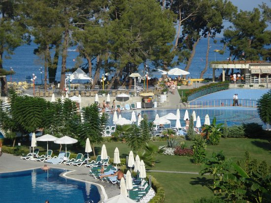 Barut Kemer : The pool bar is close to the beach